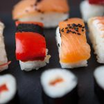 גולת הכותרת של המסיבה הם מגשי אירוח סושי